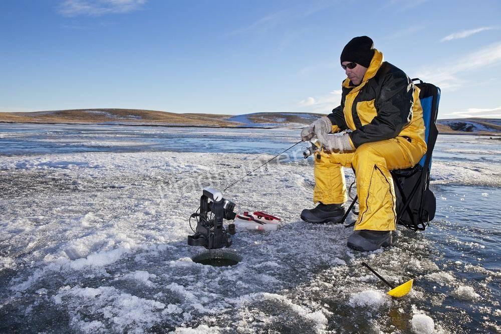 Рыбак с зимней удочкой