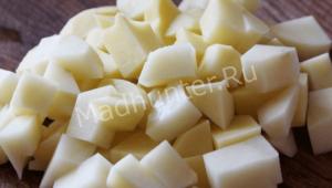 нарезаем картофель кубиками-min