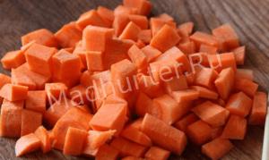 нарезаем морковь кубиками-min