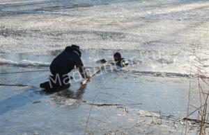 Братья рыбаки во время рыбалки угодили под лед. Только одного удалось спасти-min