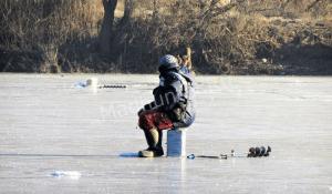 Рисковые калужские рыбаки опробовали первый лед-min