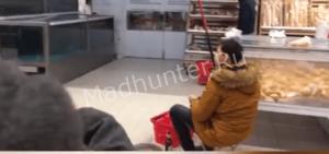 Сотрудники полиции задержали парня, который рыбачил прямо в магазине-min