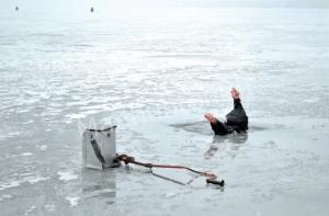 В Озерске рыбаков из воды доставали спасатели-min