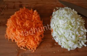 нарезаем лук и морковь-min