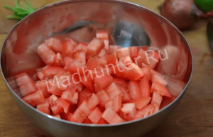 нарезаем помидоры-min