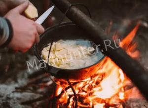 режем картофель в котелок-min