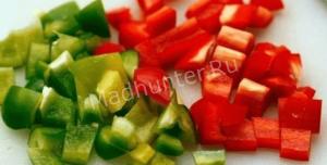 режем зеленый и красный острый перец-min
