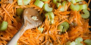 жарим морковь и сельдирей-min