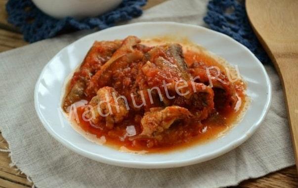 Бычки в соке томата, томленые в мультиварке-min
