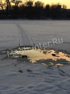 Толща льда Десны не выдержала веса снегохода