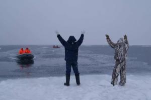 Вас же предупреждали: приморских рыбаков унесло в открытое плавание на льдине