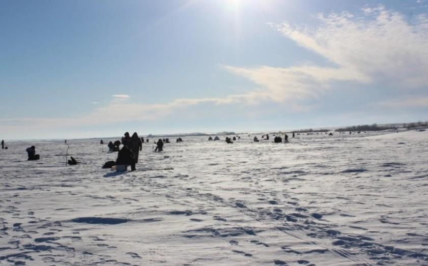 Спасателям удалось спасти почти замерзшего рыбака