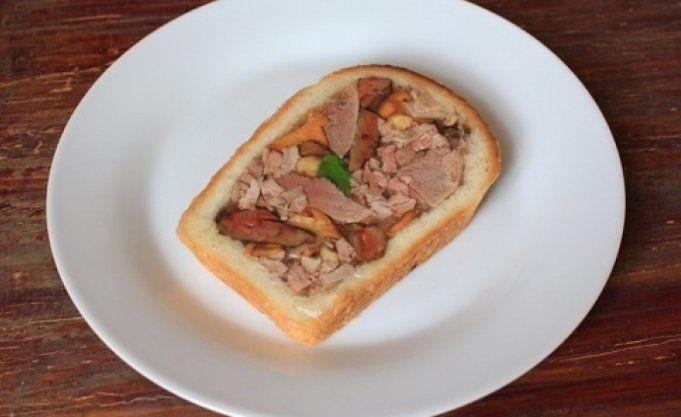 Мясо дикой утки, приготовленное в корочке хлеба