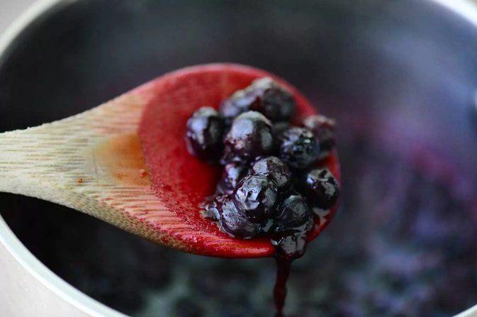 Оленина с ягодами можжевельника в чернично–винным соусе