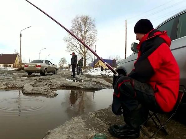 Рыбаки с рек перешли рыбачить на лужи