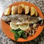 Жареная речная форель на сковороде с картошкой по-деревенски