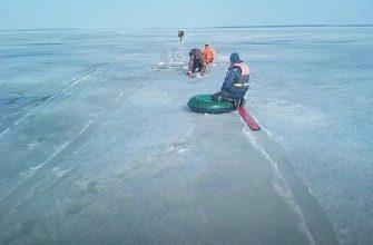 Лед почти сошел, а рыбаки на льду остались