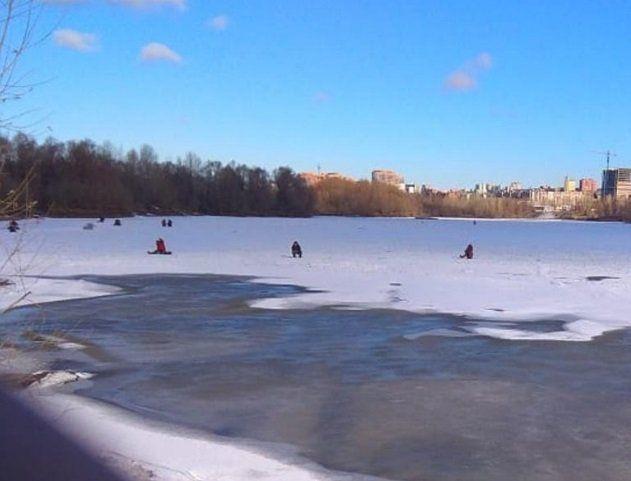 Полуталый лед – не преграда рыбаку