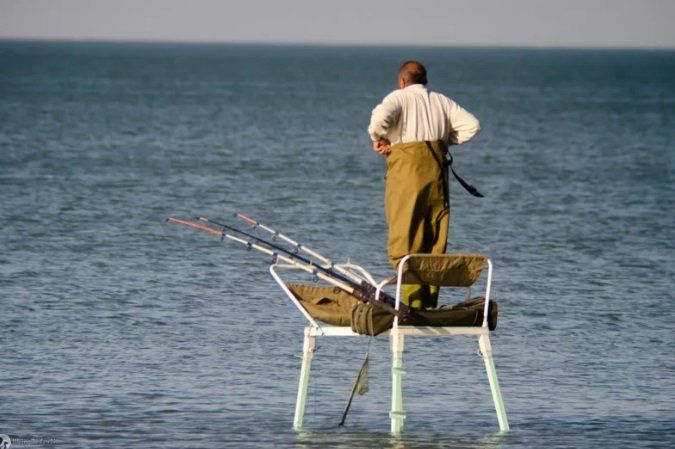 Рыбак не следит за модными тенденциями в одежде