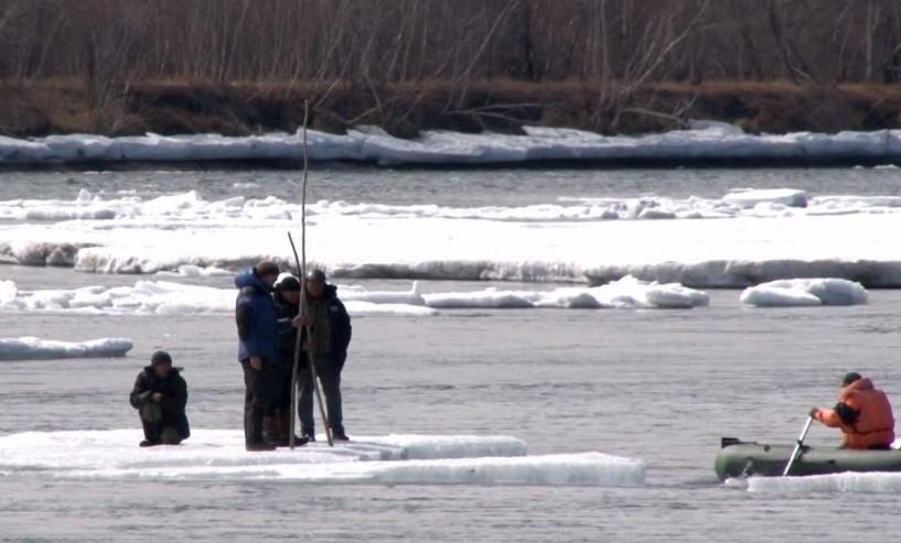 Уральские рыбаки все еще продолжают рыбачить на опасном льду
