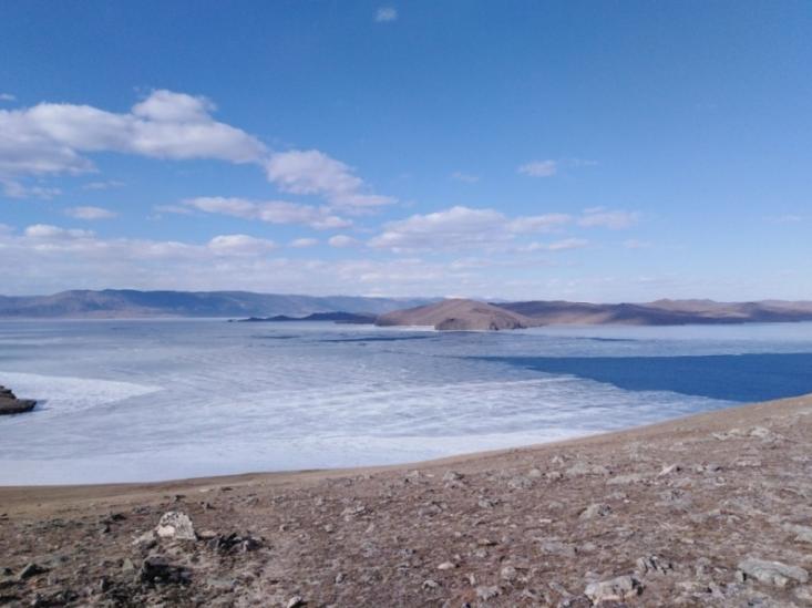Во время рыбалки на Байкале супруги провалились под лед