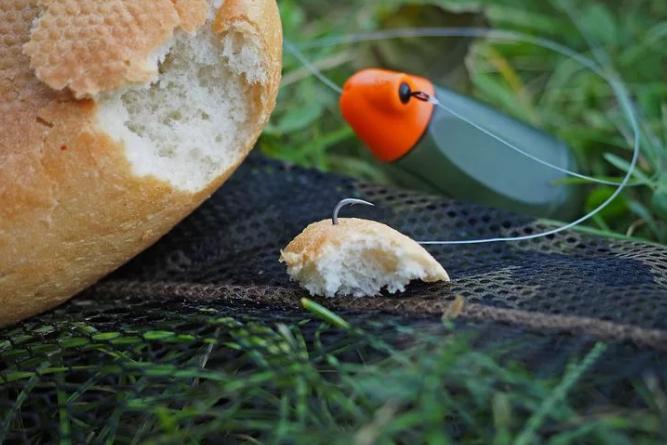Как сделать так, чтобы приманка хлебный мякиш не слетала с крючка в воде