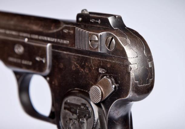 Семья умершего и антиквар сдали оружие полицейским