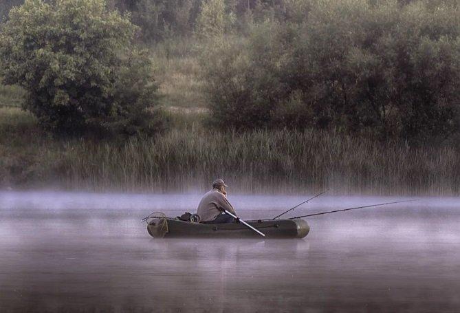 От рыбака осталась только лодка: сильный ветер перевернул плавсредство