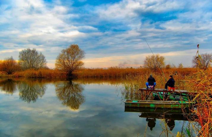 Четыре рыбака выпали из лодки во время рыбалки