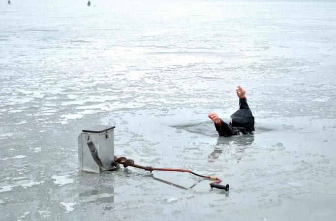 Рыбак провалился под лед. К счастью, его успели спасти