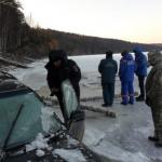 Рыбак «ушел» под лед вместе со своим автомобилем