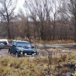 Три рыбака на трех машинах погрязли в лесной грязи под Саратовом