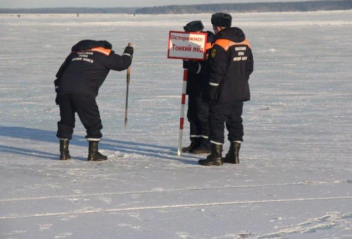 Спасатели чуть ли не силой прогоняют рыбаков со льда