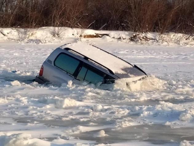 В Приморье автомобиль провалился под лед реки Артемовка