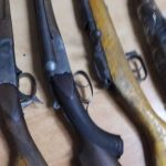 Рыбак из Омска на берегу реки нашел бесхозное оружие