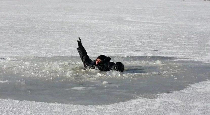 Рыбака из-подо льда вытащил ехавший на вызов хирург