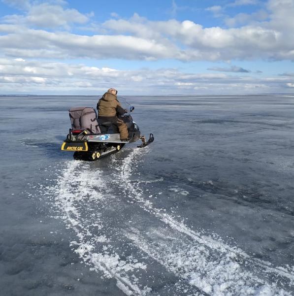 Рыбак отказывался покидать оторвавшуюся льдину, потому что на ней остался его приятель