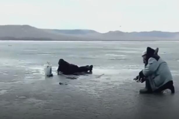 Рыбак уходил под лед, но все еще пытался спасти свой улов
