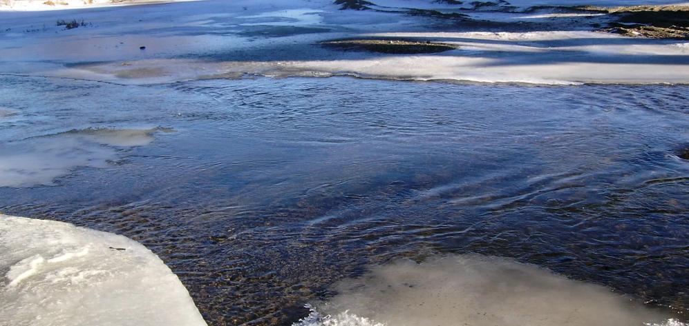 Рыбаков из Тюмени просят не выходить на лед – он крайне опасен