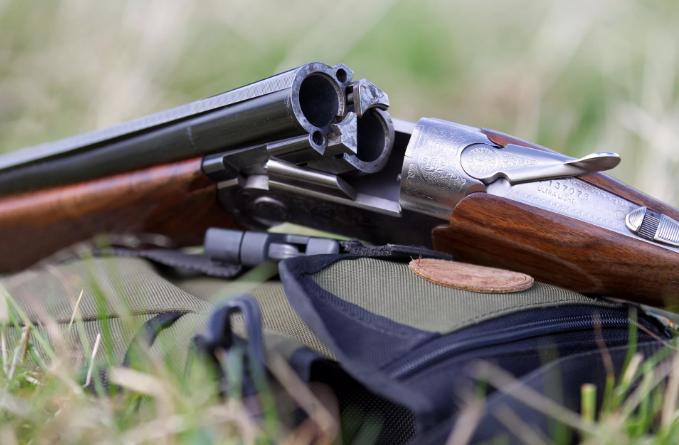 Двух охотников застрелили в лесу во время охоты