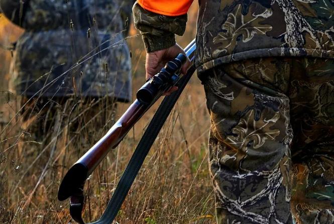 Охотник случайно выстрелил в сына во время охоты