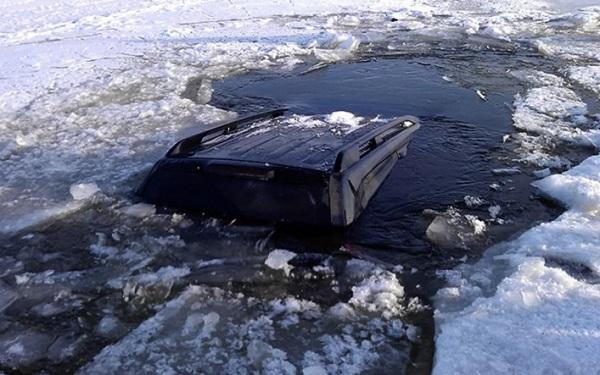 Четыре рыбака провалились под лед на реке Дон вместе с машиной