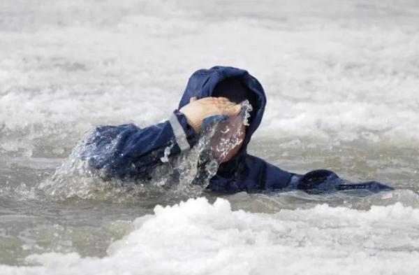 «Рыбака» из Смоленской области благополучно вытащили из полыньи