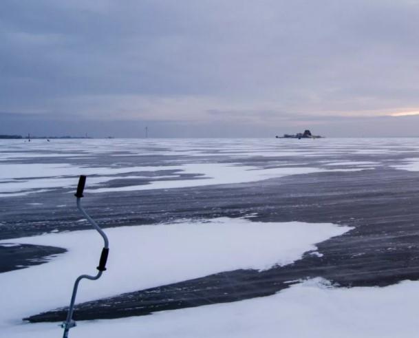 150 рыбаков собралось на тончайшем льду Финского залива