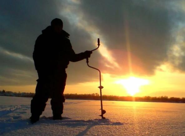 Лед не готов к рыбалке и выходить на него нужно с крайней осторожностью