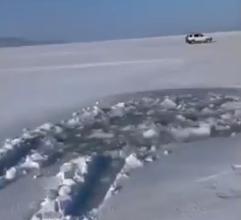 Очередная машина провалилась под лед, но уже во Владивостоке
