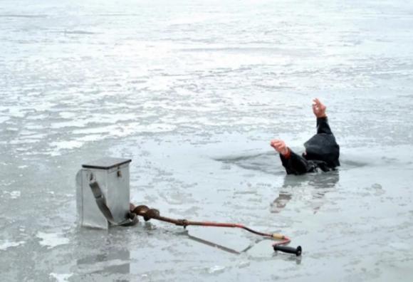 Рыбак провалился в ледяную воду во время рыбалки в Ростовской области