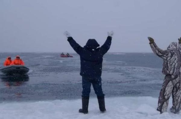 Рыбаков чуть не унесло в море на льдине. Но спасатели прибыли вовремя