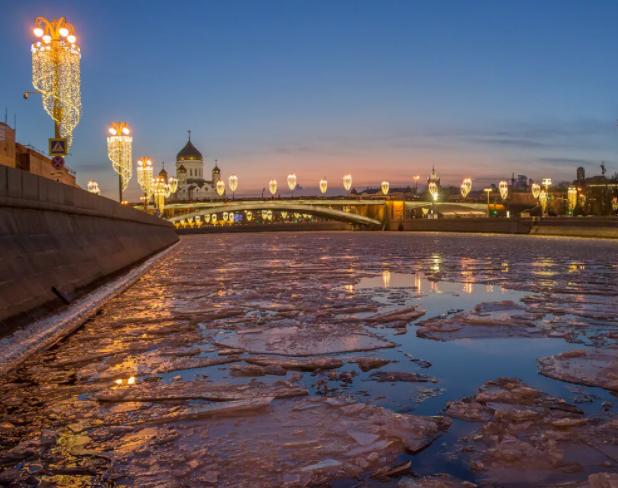 Лед на водоемах Подмосковья тает и остается крайне опасным