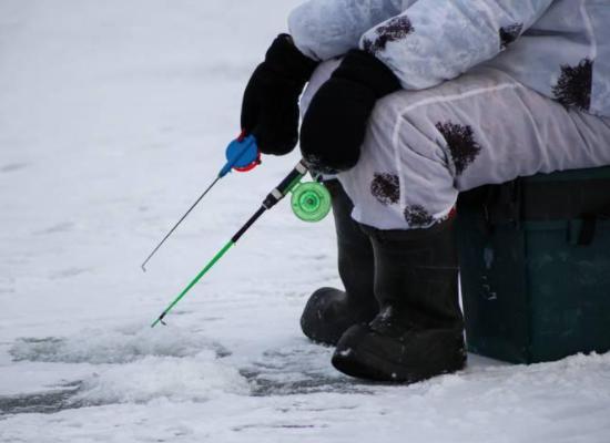 Рыбаки в сильнейший мороз застряли на Обском водохранилище